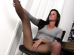 Yankee cougar Joclyn takes care of her pantyhosed pussy